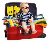 婴孩旅行手提箱,孩子坐在旅行的袋子的,在白色的孩子 库存照片