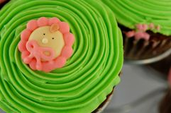 婴孩杯形蛋糕绿色结冰 库存图片