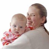 婴孩查找在s肩膀的母亲 免版税库存照片