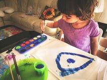 婴孩水彩儿童画笔色板显示 库存图片