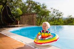 婴孩池游泳 孩子游泳 儿童夏天乐趣 免版税图库摄影
