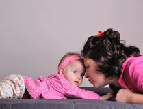 婴孩沟通的母亲 库存照片
