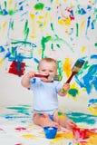 婴孩油漆刷使用 免版税库存图片