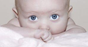 婴孩注视女孩纵向 免版税库存照片