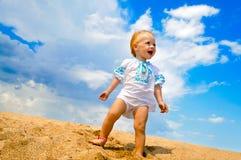 婴孩海滩女孩微笑 免版税库存照片