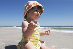婴孩海滩对行程的第一s 免版税图库摄影