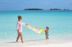婴孩海滩母亲年轻人 免版税图库摄影