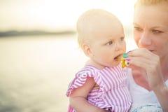 婴孩海滩母亲 免版税图库摄影