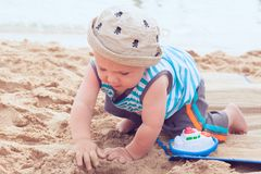 婴孩海滩男孩使用 免版税库存图片