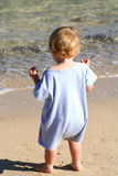 婴孩海滩男孩走 免版税库存照片