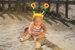 婴孩海滩美好女孩使用 免版税库存照片