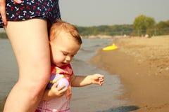婴孩海滩行程妈妈 库存照片
