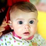 婴孩清洁耳朵 免版税库存图片