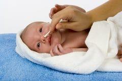 婴孩清洁鼻子s 库存照片