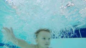 婴孩潜水入游泳场 股票录像