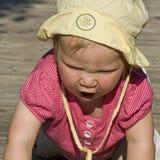婴孩爬行的呼喊 免版税库存照片