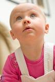 婴孩爬行的女孩惊奇 免版税库存照片