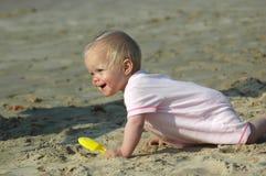 婴孩爬行 免版税库存图片