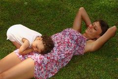 婴孩爱妈妈母亲 免版税图库摄影