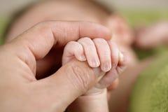 婴孩现有量他的藏品新出生的父项 库存图片
