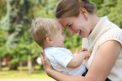 婴孩现有量暂挂母亲 免版税图库摄影