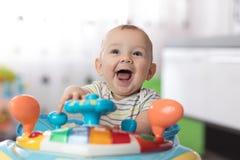 婴孩画象小步行者的 传神儿童游戏玩具 免版税库存图片