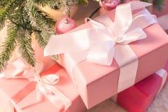 婴孩的一圣诞礼物 有丝带的美丽的箱子 r 库存照片