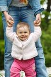 婴孩的第一步 免版税库存图片