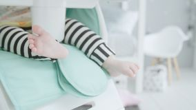 婴孩的腿坐高儿童的椅子 影视素材