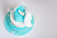 婴孩的蓝色生日蛋糕 第一个孩子生日 复制文本的空间 库存照片