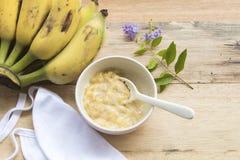 婴孩的被捣碎的香蕉健康食物 免版税库存照片