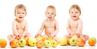 婴孩的,愉快的孩子用苹果,在白色的孩子婴孩果子 免版税库存照片