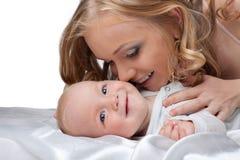婴孩秀丽白肤金发的亲吻妇女 库存照片