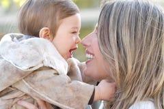 婴孩秋天系列母亲儿子 免版税库存图片