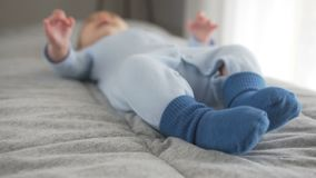 婴孩移动在蓝色袜子穿戴的她的腿 r 影视素材