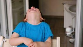 婴孩笑大声的热闹的孩子 股票视频