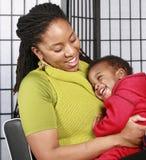 婴孩笑的母亲 免版税库存照片