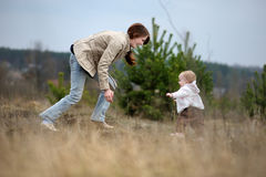 婴孩第一个女孩做步骤的她 免版税库存图片