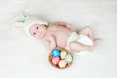 婴孩篮子兔宝宝盖帽复活节彩蛋 图库摄影