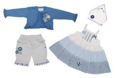 婴孩给女孩穿衣 免版税库存照片