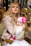 婴孩美丽的女儿她的母亲年轻人 库存照片