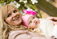 婴孩美丽的女儿她的母亲年轻人 免版税库存照片