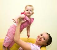 婴孩美丽的母亲 图库摄影