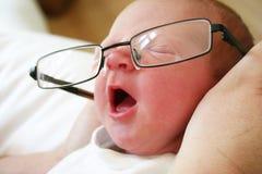 婴孩聪明打呵欠 免版税库存照片