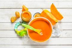 婴孩背景食物通心面原始的白色 从新鲜的南瓜的纯汁浓汤 库存照片