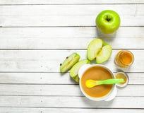 婴孩背景食物通心面原始的白色 从新鲜的绿色苹果的婴孩纯汁浓汤 免版税库存图片