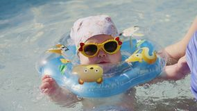 婴孩脖子环形游泳游泳 股票录像