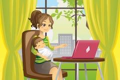 婴孩膝上型计算机母亲使用 库存图片