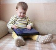 婴孩膝上型计算机 库存照片