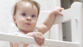 婴孩自立,摇他的手并且谈话 股票录像